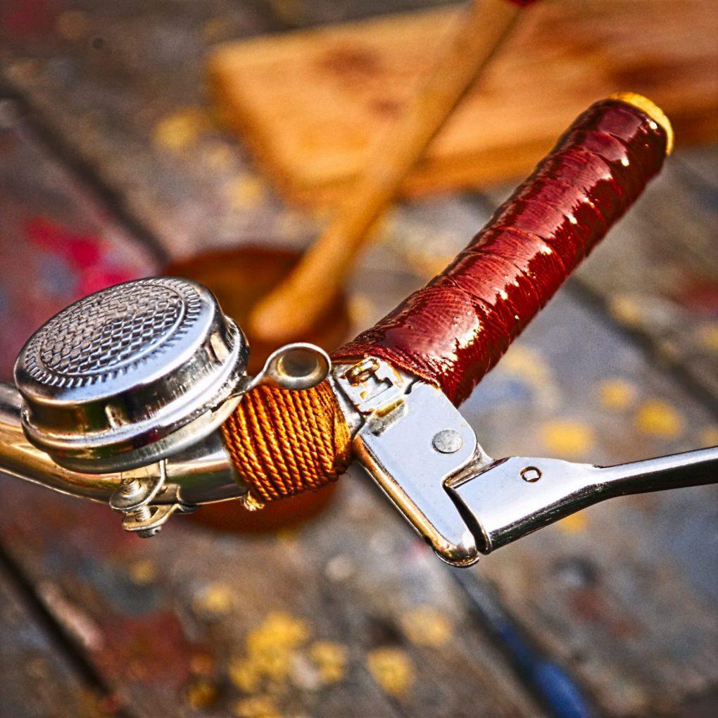 détail guidoline gomme laque et sonnette de velo vintage