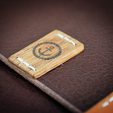 détail du logo bois sur cuir