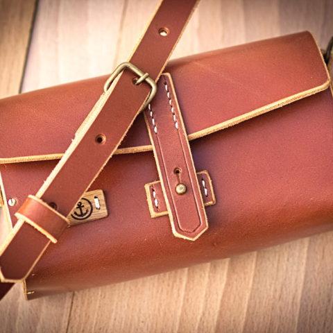 sac à main cuir et bois couleur cognac sangle réglable