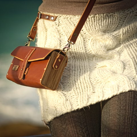 sac à main cuir tannage végétal et bois de chêne sur jupe en aine