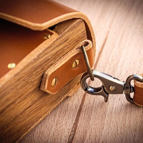 sac à main cuir et bois mousqueton laiton