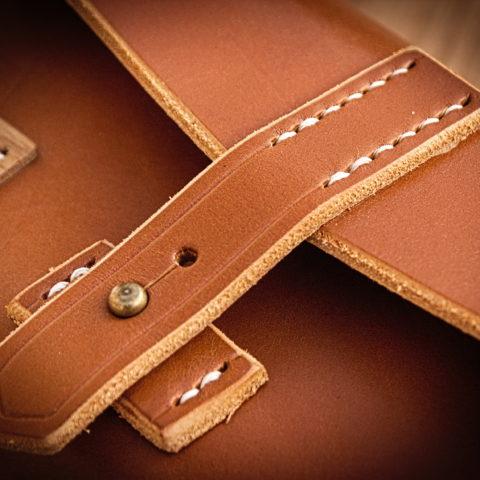sac à main cuir et bois couture point sellier et bouton de col