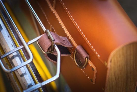 Sacoche vélo cuir et bois cycles tempete système de fixation