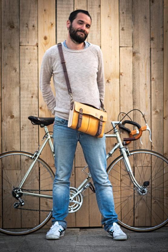 Sacoche bandoulière cuir et bois devant vélo mercier